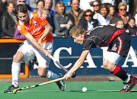 BLOEMENDAAL - Duel tussen Rogier Hofman (L) van Bloemendaal en Jan Willem Buissant van Amsterdam, ,zondag tijdens de competitie wedstrijd hockey bij de mannen tussen Bloemendaal en Amsterdam (3-1).  COPYRIGHT KOEN SUYK