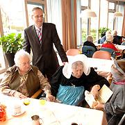 NLD/Huizen/20060310 - Westland Kaas Huizen bestaat 70 jaar en kinderen verkleed als muizen delen stukjes kaas uit aan bejaarden in het Vooranker Huizen, directeur Cor Lustig en zijn moeder