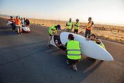 De eerste racedag. In Battle Mountain (Nevada) wordt ieder jaar de World Human Powered Speed Challenge gehouden. Tijdens deze wedstrijd wordt geprobeerd zo hard mogelijk te fietsen op pure menskracht. De deelnemers bestaan zowel uit teams van universiteiten als uit hobbyisten. Met de gestroomlijnde fietsen willen ze laten zien wat mogelijk is met menskracht.<br /> <br /> Qualifications on Monday. In Battle Mountain (Nevada) each year the World Human Powered Speed ​​Challenge is held. During this race they try to ride on pure manpower as hard as possible.The participants consist of both teams from universities and from hobbyists. With the sleek bikes they want to show what is possible with human power.
