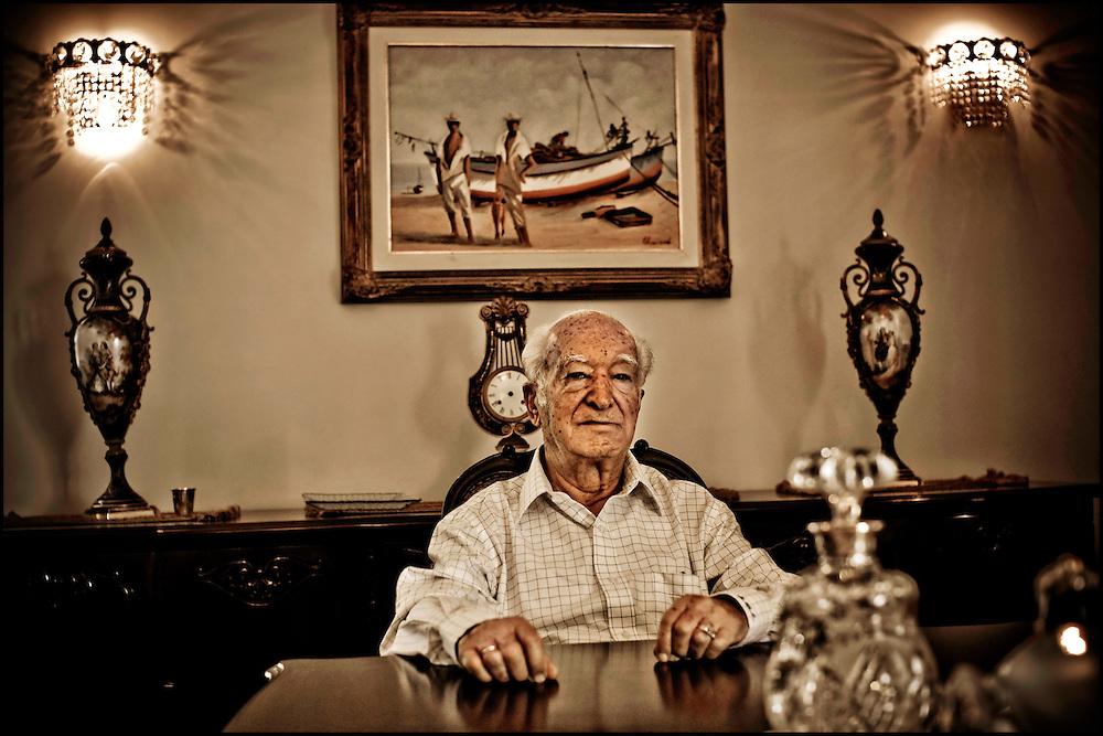 PORTRAITS OF SURVIVORS AND IMMIGRANTS <br /> Inmigrante Judio Marroquie / Immigrant Moroccan Jews<br /> Photography by Aaron Sosa<br /> Caracas - Venezuela 2010<br /> (Copyright &copy; Aaron Sosa)