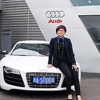 CHENGDU, 10/17/2012 :   Wu Yali, Vorsitzende der Audi New Elements Gruppe in Chengdu vor ihrem eigenen Audi.