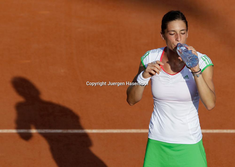French Open 2011, Roland Garros,Paris,ITF Grand Slam Tennis Tournament . Andrea Petkovic (GER) trinkt aus der Wasserflasche waehrend der Spielpause, Schatten, von oben,