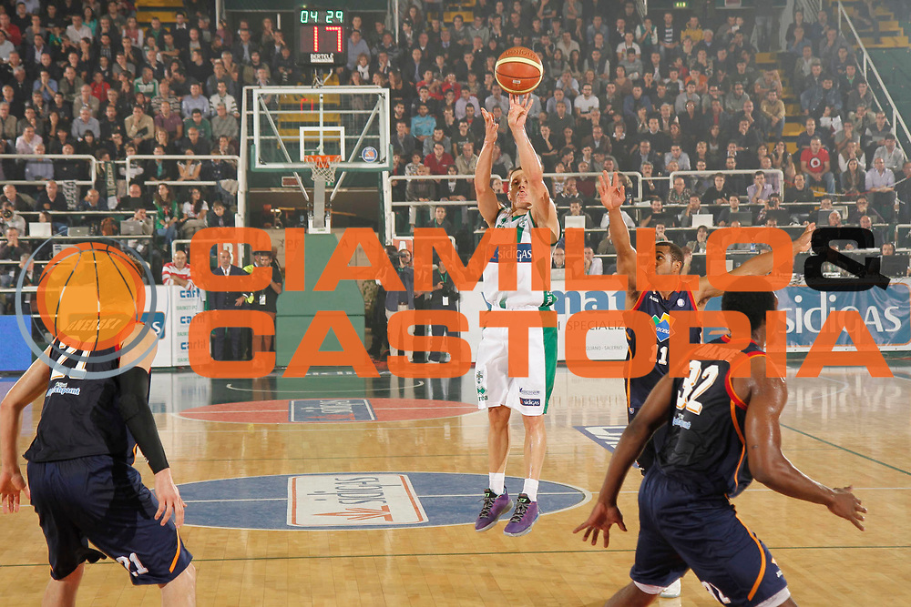 DESCRIZIONE : Avellino Lega A 2013-14 Sidigas Avellino Acea Virtus Roma<br /> GIOCATORE : Jaka Lakovic<br /> CATEGORIA : tiro three points shot<br /> SQUADRA : Sidigas Avellino<br /> EVENTO : Campionato Lega A 2013-2014<br /> GARA : Sidigas Avellino Acea Virtus Roma<br /> DATA : 27/10/2013<br /> SPORT : Pallacanestro <br /> AUTORE : Agenzia Ciamillo-Castoria/A. De Lise<br /> Galleria : Lega Basket A 2013-2014  <br /> Fotonotizia : Avellino Lega A 2013-14 Sidigas Avellino Sidigas Avellino Acea Virtus Roma