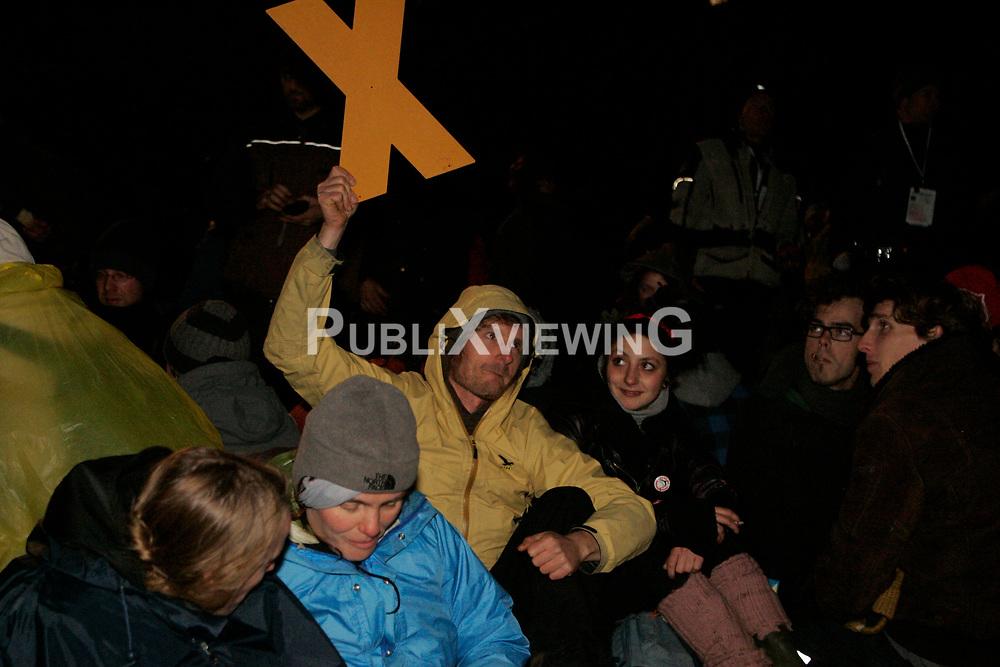Atomkraftgegner der Gruppe &quot;Widersetzen&quot; besetzen auf rund einem Kilometer Schienenstrecke zwischen L&uuml;neburg und Dannenberg die Gleise. Die R&auml;umung erfolgt nach Mitternacht und dauert bis zum Morgengrauen.  <br /> <br /> Ort: Harlingen<br /> Copyright: Karin Behr<br /> Quelle: PubliXviewinG