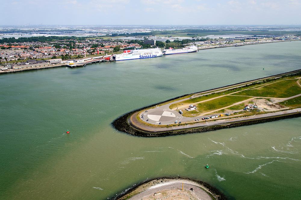 Nederland, Zuid-Holland, Rotterdam, 10-06-2015; Breeddiep en Landtong Rozenburg met kompsroos, gezien naar Hoek van Holland. Veerboten van Sttena Line (Hoek van Holland - Harwich) aan de oever van de Nieuwe Waterweg, rechtsonder Calandkanaal.<br /> Spit of land at the entrance to the Port of Rotterdam.<br /> luchtfoto (toeslag op standard tarieven);<br /> aerial photo (additional fee required);<br /> copyright foto/photo Siebe Swart