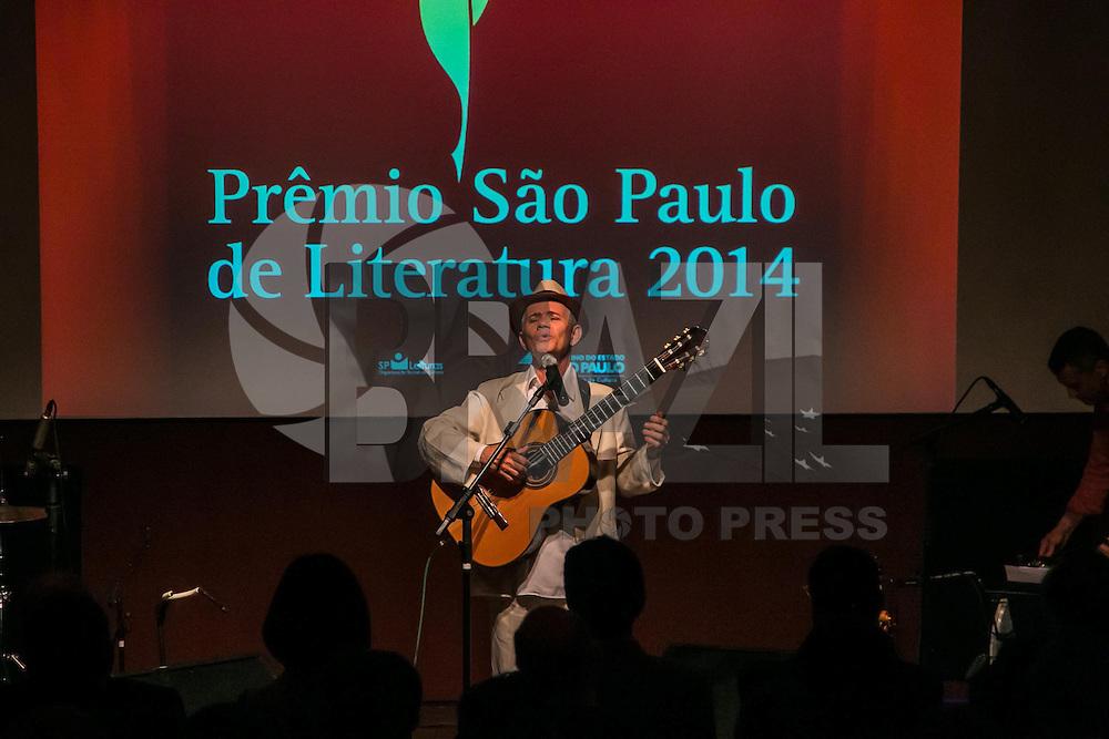 SÃO PAULO, SP, 10.11.2014 - PRÊMIO SÃO PAULO DE LITERATURA 2014/ ANÚNCIO DOS VENCEDORES - O músico Antônio Nobrega se apresenta durante o prêmio São Paulo de Literatura, no Museu da Língua Brasileira, em São Paulo, na noite desta segunda-feira (10). (Foto: Taba Benedicto/ Brazil Photo Press)