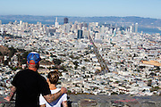 Een stelletje kijkt vanaf Twin Peaks naar San Francisco. De Amerikaanse stad San Francisco aan de westkust is een van de grootste steden in Amerika en kenmerkt zich door de steile heuvels in de stad.<br /> <br /> A couple looks at San Francisco from Twin Peaks. The US city of San Francisco on the west coast is one of the largest cities in America and is characterized by the steep hills in the city.