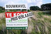 Nederland, Lent, 13-8-2009Bouwkavel te koop bij Nijmegen. De kavel word in prijs verlaagd. Verkoop via een makelaarskantoor. Nieuwbouw, grondprijs, grondspeculatie,  bouwgrond, woningbouw particulierenFoto: Flip Franssen/Hollandse Hoogte