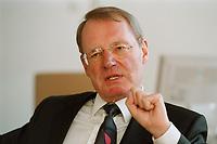 13 JAN 2000, BERLIN/GERMANY:<br /> Hans-Olaf Henkel, Präsident des Bundesverbandes der Deutschen Industrie, BDI, während einem Interview in seinem Büro<br /> Hans-Olaf Henkel, President of the Federalassociation of the German Industrie, during an interview, in his office<br /> IMAGE: 20000113-01/02-25