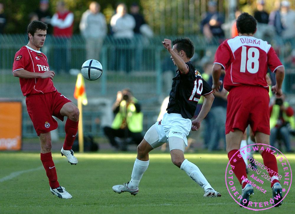 n/z.: Piotr Brozek (nr22-Wisla), Krzysztof Bak (nr19-Polonia) podczas meczu ligowego Polonia Warszawa (czarne-biale) - Wisla Krakow (czerwone) 0:1, I liga polska , 7 kolejka sezon 2005/2006 , pilka nozna , Polska , Warszawa , 18-09-2005 , fot.: Adam Nurkiewicz / mediasport..Piotr Brozek (nr22-Wisla), Krzysztof Bak (nr19-Polonia) fight for the ball during Polish league first division soccer match in Warsaw. September 18, 2005 ; Polonia Warsaw (black-white) - Wisla Cracow (red) 0:1; 7 round season 2005/2006 , football , Poland , Warsaw ( Photo by Adam Nurkiewicz / mediasport )