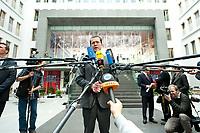 Bundesverteidigungsminister Karl-Theodor zu Guttenberg gibt nach einer Pressekonferenz zur Vorstellung der Strukturkommission der Bundeswehr noch ein Statement im Atrium der Bundespressekonferenz, Berlin, 12. April 2010