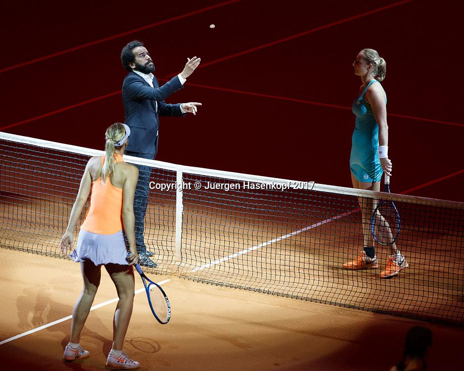 Schiedsrichter Kader Nouni wirft die Muenze vor Spielbefginn, vorne MARIA SHARAPOVA (RUS) und EKATERINA MAKAROVA (RUS) <br /> Tennis - Porsche  Tennis Grand Prix 2017 -  WTA -  Porsche-Arena - Stuttgart -  - Germany  - 27 April 2017.