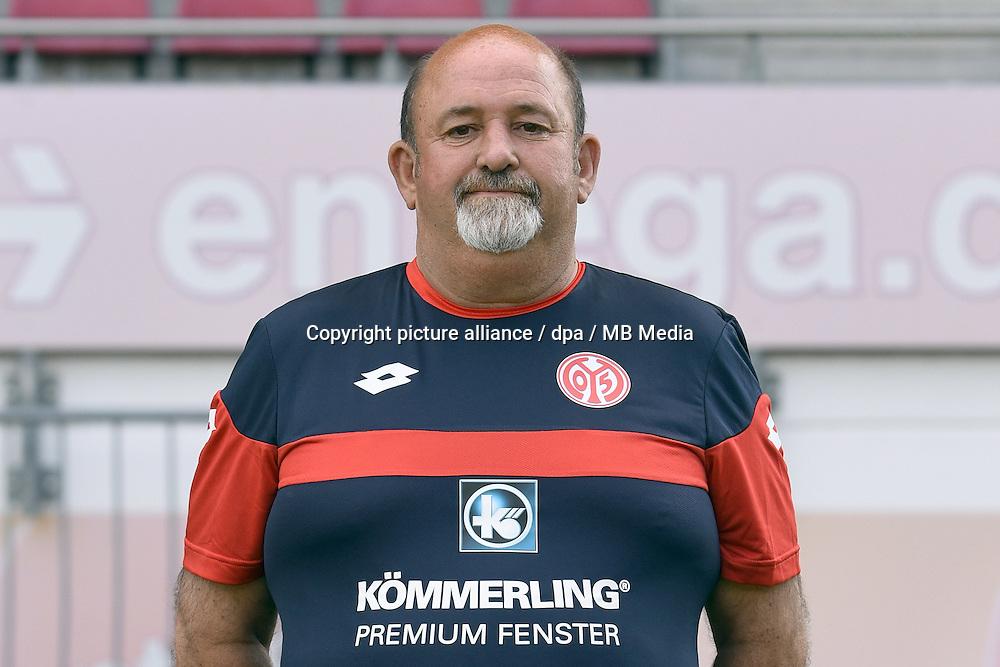 Fußball Bundesliga: Fototermin FSV Mainz 05 II für die Saison 2015/16 am 15.07.2015 im Bruchwegstadion in Mainz (Rheinland-Pfalz). Helmut Mayer (Spielleiter U23) Foto: Jan Hübner/dpa
