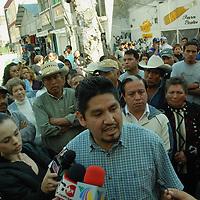 """Toluca, Mex.- Comerciantes ambulantes de la organización """"José Vicente Villada"""", encabezada por Sergio Cruz, intentaron tomar las instalaciones del Pasaje Terminal que permaneció resguardado por elementos de la policia con equipo antimotín. Agencia MVT / José Hernández. (DIGITAL)<br /> <br /> <br /> <br /> NO ARCHIVAR - NO ARCHIVE"""