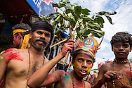 Hinduiska pilgrimer, p&aring; v&auml;g till det heliga templet i Sabarimala, dansar p&aring; gatorna i den indiska staden Erumely i Kerala. F&ouml;r att helt uppg&aring; i pilgrimsvandringen, ge upp sitt eget ego och f&ouml;r att hedra Lord Ayyappa, m&aring;lar pilgrimerna sina kroppar och b&auml;r vapen i tr&auml;. Traditionen kallas pettatullal. B&aring;de hinduer och muslimer anser att Erumely &auml;r en helig stad.  <br /> <br /> Sabarimala pilgrims are dancing on the streets of Erumely in the Kottayam district of Kerala, India. In order to give up their egos and to surrender to Lord Ayyappa, the Hindu pilgrims paint their bodies and carry weapons made of wood on the way to Sabarimala. Erumely is considered holy by both Hindus and Muslims.<br /> <br /> Copyright 2016 Christina Sj&ouml;gren, All Rights Reserved