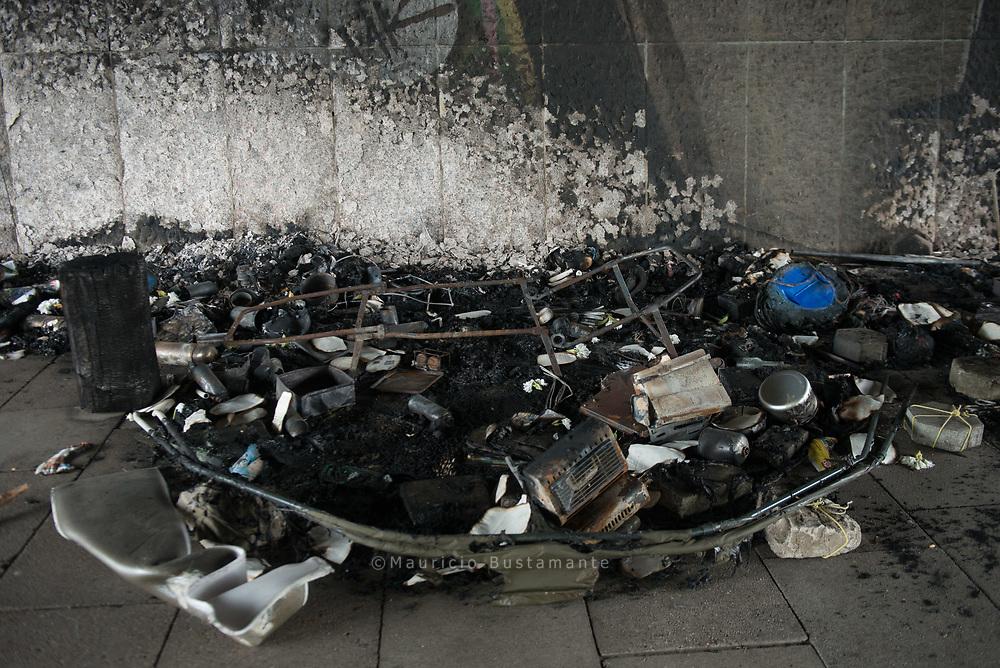 Das FEUER unter der Kennedybrücke hat<br />alles vernichtet: Zelte, Kleidung, Schlafsäcke,<br />Bücher. Zum Glück wurde niemand verletzt.
