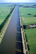 Nederland, Noord-Holland, Amsterdam-Rijnkanaal, 25-09-2002; het kanaal (vroeger Merwedekanaal) ter hoogte van Baambrugge in Noordelijke richting, bruggen Weesp aan de horizon;  scheepvaart binnenvaart goederenvervoer infrastructuur;<br /> luchtfoto (toeslag), aerial photo (additional fee)<br /> foto /photo Siebe Swart