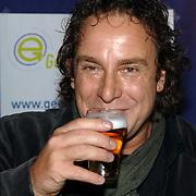 NLD/Uitgeest/20060118 - Uitreiking populariteitsprijs Noord Holland 2005, Marco Borsato drinkt een biertje