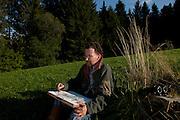 Le peintre naturaliste Jacques Rime en train de dessiner dans la nature. Il a passé plus de mille nuits en pleine nature pour observer les animaux et dessiner. © Romano P. Riedo | fotounkt.ch