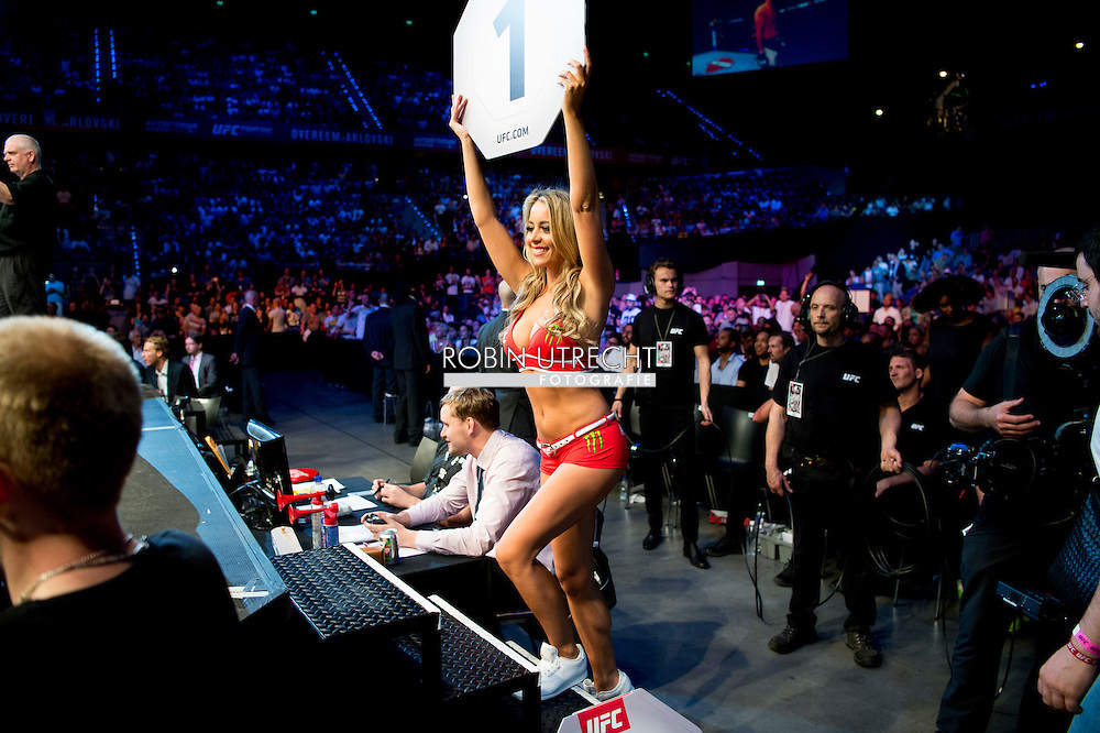 8-5-2016 rondemiss vrouw publiek ROTTERDAM - Mixed Martial Arts - UFC Fight Night - Germaine de Randamie v Anna Elmose - 8/5/16 - Germaine de Randamie celebrates after winning her fight. in ahoy rotterdam COPYRIGHT ROBIN UTRECHT