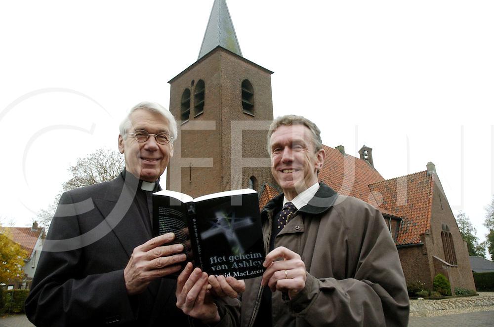 061115 ommen ned<br /> Schrijver Rene Huyskes heeft onder het pseudoniem David MacLaren het boek geschreven &quot;Het Geheim van Ashley&quot;. Vandaag overhandigde hij het boek aan de pastoor van de katholieke kerk.<br /> fotografie frank uijlenbroek&copy;2006 michiel van de velde