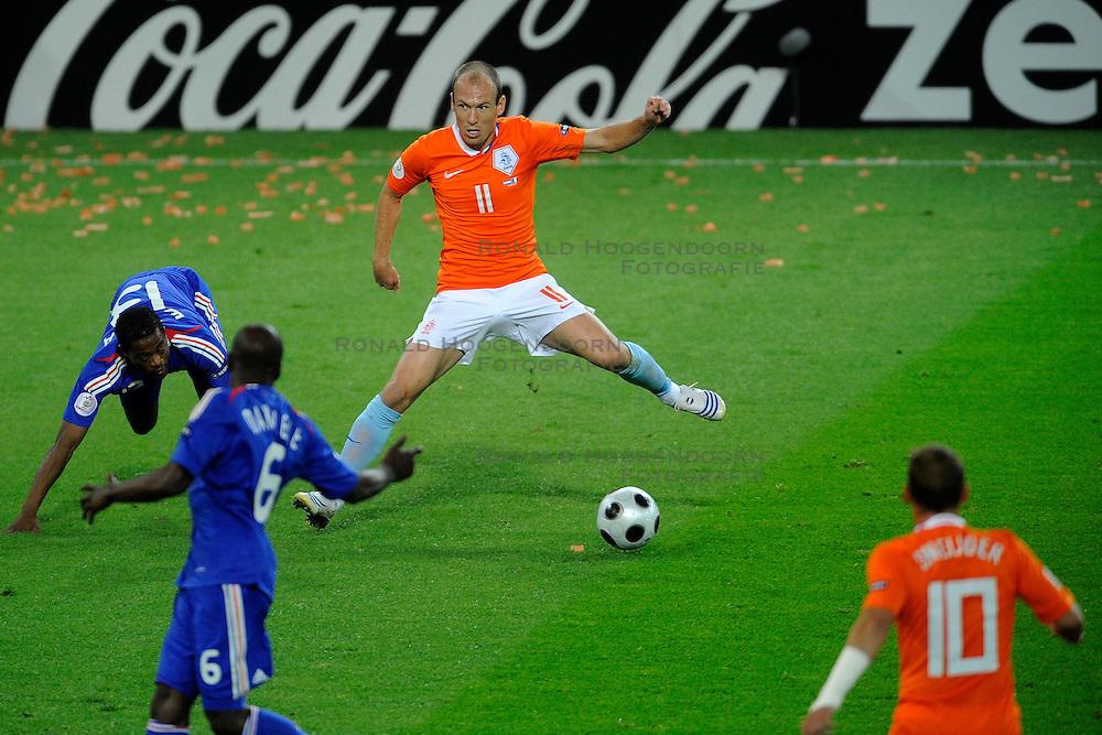 13-06-2008 VOETBAL: EURO 2008 NEDERLAND - FRANKRIJK: BERN <br /> Nederland wint met 4-1 van Frankrijk en plaatst zich als groepswinnaar voor de volgende ronde / Arjen Robben<br /> &copy;2008-WWW.FOTOHOOGENDOORN.NL