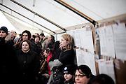 BATTIPAGLIA. LAVORATORI PRECARI DELL'AZIENDA ALCATEL LUCENT NEL CORSO DI UN ASSEMBLEA ALL'INTERNO DI UNA TENDOSTRUTTURA PRESIDIO ALLESTITA ALL'ESTERNO DELL'AZIENDA
