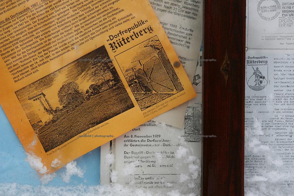 """Ein etwas in die Jahre gekommer Aushang zur Erinnerung an die """"Dorfrepublik Rüterberg"""" im Ortskern des ehemals grenznahen Dorfes. Aufgrund dieser Abschottung etablierte sich die Bezeichnung """"Dorfrepblik"""" für den kleinen Ort bei Dömitz (Mecklemburg-Vorpommern)."""