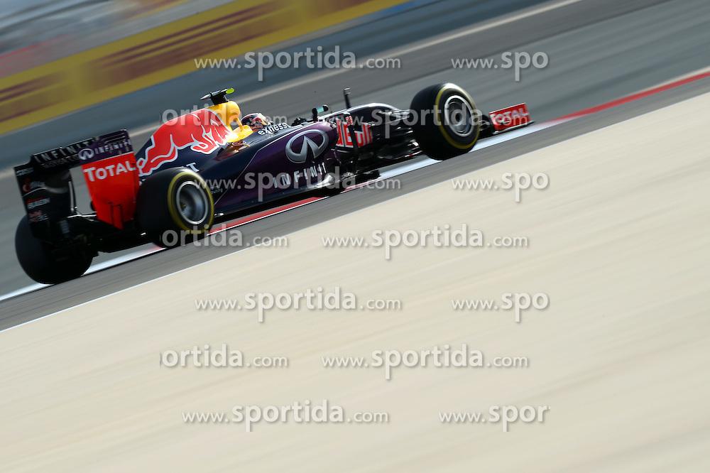 18.04.2015, International Circuit, Sakhir, BHR, FIA, Formel 1, Grand Prix von Bahrain, Qualifying, im Bild Daniil Kvyat (RUS) Red Bull Racing RB11 // during Qualifying of the FIA Formula One Bahrain Grand Prix at the International Circuit in Sakhir, Bahrain on 2015/04/18. EXPA Pictures &copy; 2015, PhotoCredit: EXPA/ Sutton Images/ Patrik Lundin<br /> <br /> *****ATTENTION - for AUT, SLO, CRO, SRB, BIH, MAZ only*****