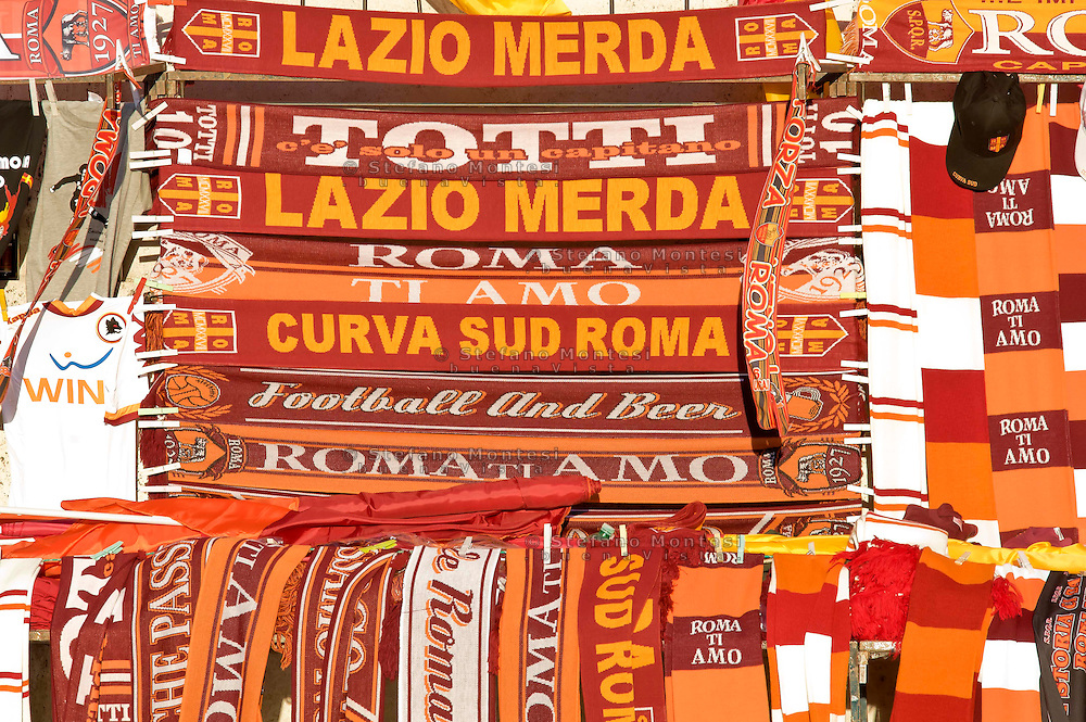 Roma 26 Maggio 2013.Le bandiere e i gagdet della A.S. Roma   davanti allo stadio Olimpico .Italy Cup final, The flags and the gagdets of the A.S. Rome   the Olimpic Stadium