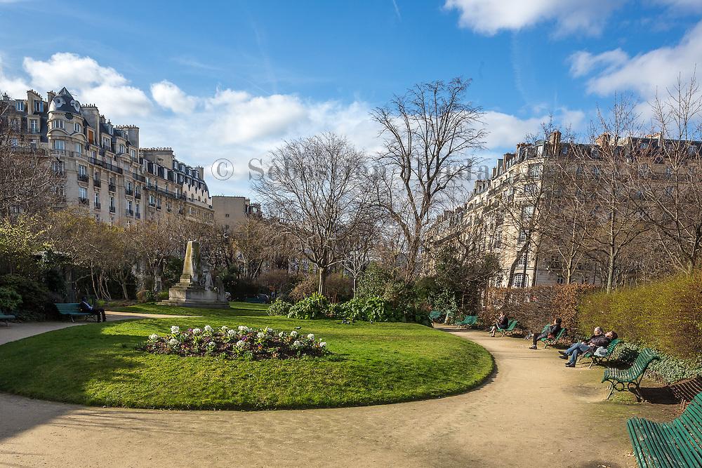 Bain de soleil printanier dans le square Nicolas Ledoux // Spring sun bath in Nicolas Ledoux park