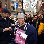 NLD/Amsterdam/20060309 - Start Glamour Stilleto Run 2006, radio dj Giel Beelen verkleed als vrouw op damesschoenen met hoge hakken