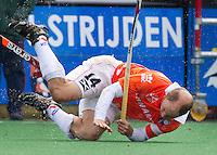 BLOEMENDAAL - Teun de Nooijer hard onderuit tijdens de hoofdklasse competietiewedstrijd heren tussen Bloemendaal en Laren (9-1). Foto KOEN SUYK