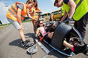 Jennifer Breet stapt in de VeloX. Op een weg in Delft worden de eerste meters afgelegd met de nieuwe recordfiets, de VeloX 8. In september wil het Human Power Team Delft en Amsterdam, dat bestaat uit studenten van de TU Delft en de VU Amsterdam, tijdens de World Human Powered Speed Challenge in Nevada een poging doen het wereldrecord snelfietsen voor vrouwen te verbreken met de VeloX 8, een gestroomlijnde ligfiets. Het record is met 121,81 km/h sinds 2010 in handen van de Francaise Barbara Buatois. De Canadees Todd Reichert is de snelste man met 144,17 km/h sinds 2016.<br /> <br /> At a road in Delft the team tests the VeloX 8 for the first time. With the VeloX 8, a special recumbent bike, the Human Power Team Delft and Amsterdam, consisting of students of the TU Delft and the VU Amsterdam, also wants to set a new woman's world record cycling in September at the World Human Powered Speed Challenge in Nevada. The current speed record is 121,81 km/h, set in 2010 by Barbara Buatois. The fastest man is Todd Reichert with 144,17 km/h.