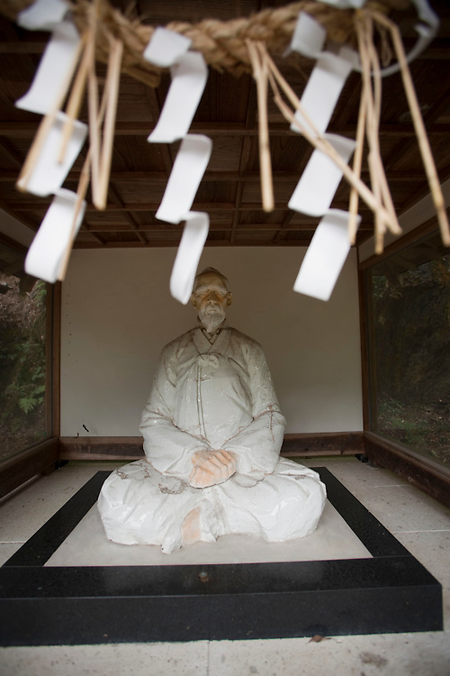 Arita 's first  Kaolin deposit discovered by 17th century  Korean potter Ri Sam Pei--captured during Japan's Korea invasion..and began the country's first production of porcelain ware.  is still in limited use today...remembered in a porcelain statue near a shrine at the  quarry.