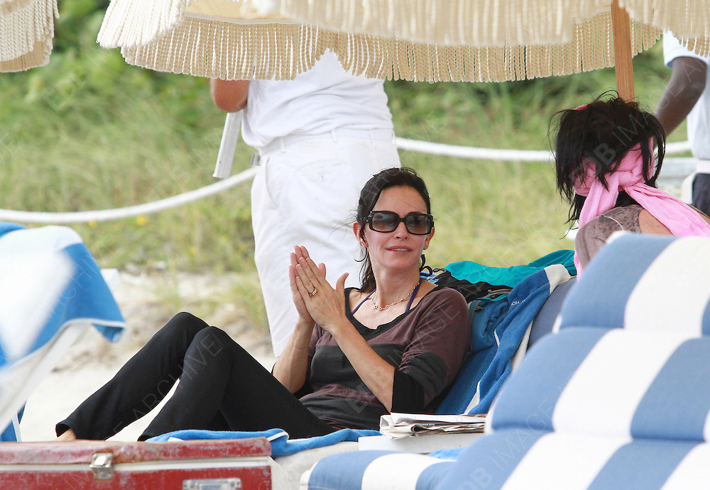 18.NOVEMBER.2012. MIAMI<br /> <br /> COURTNEY COX ENJOYS SOME DAYS ON HOLIDAY WITH DAUGHTER COCO ARQUETTE AND OTHER RELATIVES AT MIAMI BEACH.<br /> <br /> BYLINE: EDBIMAGEARCHIVE.CO.UK<br /> <br /> *THIS IMAGE IS STRICTLY FOR UK NEWSPAPERS AND MAGAZINES ONLY*<br /> *FOR WORLD WIDE SALES AND WEB USE PLEASE CONTACT EDBIMAGEARCHIVE - 0208 954 5968*
