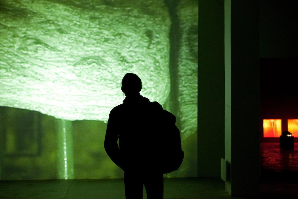 Besucher der MeetFactory im Prager Stadtteil Smichov betrachtet eine Installation im Rahmen einer Abendveranstaltung mit Kunst und Live Musik.