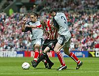 Fotball<br /> England 2004/2005<br /> Foto: SBI/Digitalsport<br /> NORWAY ONLY<br /> <br /> Sunderland v Stoke City, Coca-Cola Championship, Stadium of Light, Sunderland 08/05/2005.<br /> <br /> Sunderland's Stephen Wright (C) battles with Stoke's Darel Russell (L) and Clive Clarke (R).