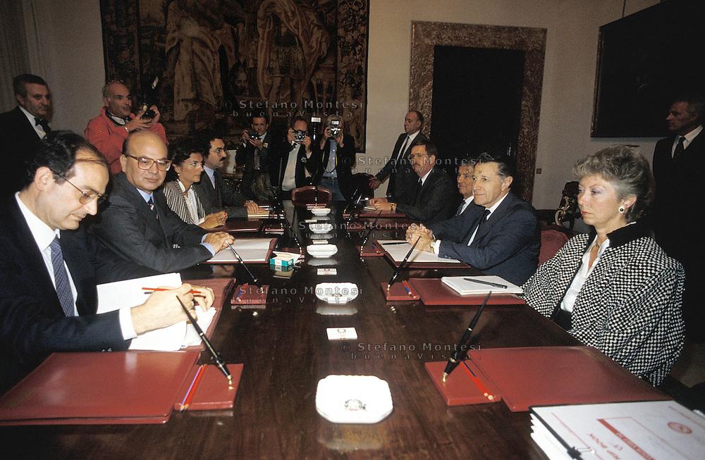 """Roma 1986.Bettino Craxi, Presidente del Consiglio incontra Caspar Willard """"Cap"""" Weinberger, segretario alla difesa nella presidenza Reagan"""