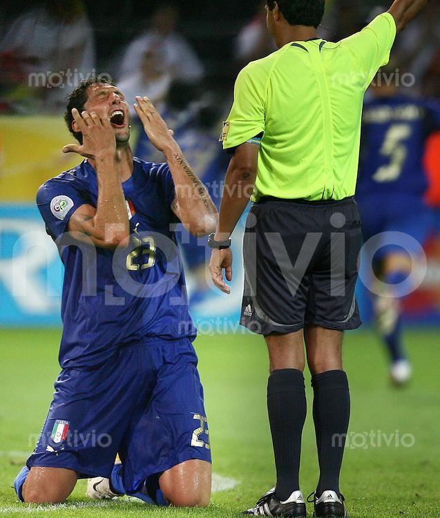 Fussball WM 2006 Halbfinale  Deutschland - Italien Marco Materazzi (ITA)li mit Schiedsrichter Benito Archundia (MEX)