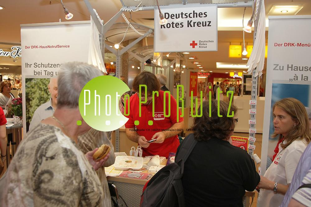 Ludwigshafen. 01.10.2011. Rathaus Center. Aktionstag: &quot;&fnof;lter werden&quot;.<br /> Informationsst&permil;nde.<br /> <br /> <br /> Bild: Markus Proflwitz 01OCT11 / masterpress /
