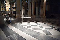 Lecce - Duomo. La cattedrale metropolitana di Santa Maria Assunta è il principale luogo di culto cattolico di Lecce, chiesa madre dell'arcidiocesi metropolitana omonima. Si trova in piazza del Duomo, nel centro storico della città. Il tempio possiede due prospetti, di cui il principale è quello a sinistra dell'Episcopio, mentre l'altro guarda l'ingresso della piazza. Il prospetto settentrionale, ricco ed esuberante, assolve a una precisa funzione scenografica, dovendo rappresentare l'ingresso principale della chiesa per chi entra nel sagrato. Scompartito in cinque zone da paraste e colonne scanalate, il primo ordine presenta un portale ai cui lati due nicchie ospitano le statue di San Giusto e di San Fortunato. La trabeazione è coronata da un'alta balaustra alternata da colonnine e pilastrini, oltre la quale, al centro, si innalza la statua di Sant'Oronzo. Il Campanile del Duomo venne costruito tra il 1661 e il 1682 dall'architetto leccese Giuseppe Zimbalo su incarico dell'allora vescovo della città, Luigi Pappacoda. Venne edificato in sostituzione di quello normanno, voluto da Goffredo d'Altavilla, crollato agli inizi del Seicento.