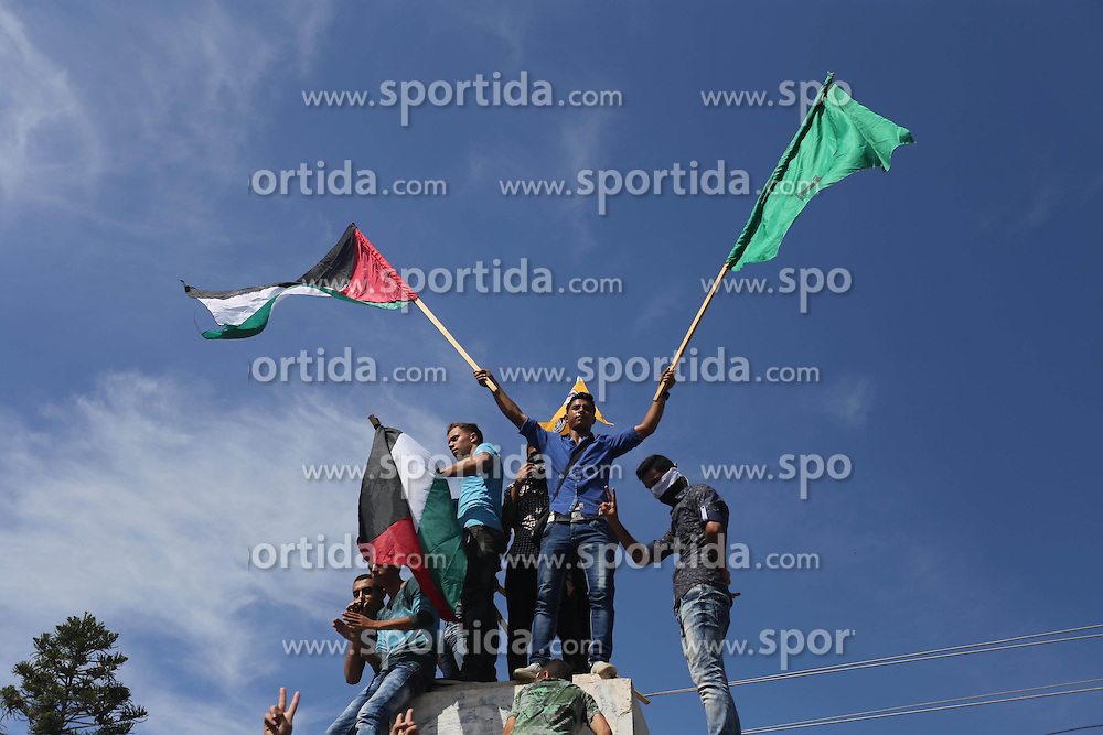 10.10.2015, Gaza city, PSE, Gewalt zwischen Pal&auml;stinensern und Israelis, im Bild Zusammenst&ouml;sse zwischen Pal&auml;stinensischen Demonstranten und Israelischen Sicherheitskr&auml;fte // Palestinians take part in a protest against Jewish groups visiting the al-Aqsa mosque compound and in support the Palestinians in the West Bank, in Gaza city on October 10, 2015. Fifteen Palestinians have been killed by Israeli forces and around 1,000 injured with live and rubber-coated steel bullets in the occupied West Bank and Gaza Strip since Oct. 1, Palestine on 2015/10/10. EXPA Pictures &copy; 2015, PhotoCredit: EXPA/ APAimages/ Mohammed Asad<br /> <br /> *****ATTENTION - for AUT, GER, SUI, ITA, POL, CRO, SRB only*****