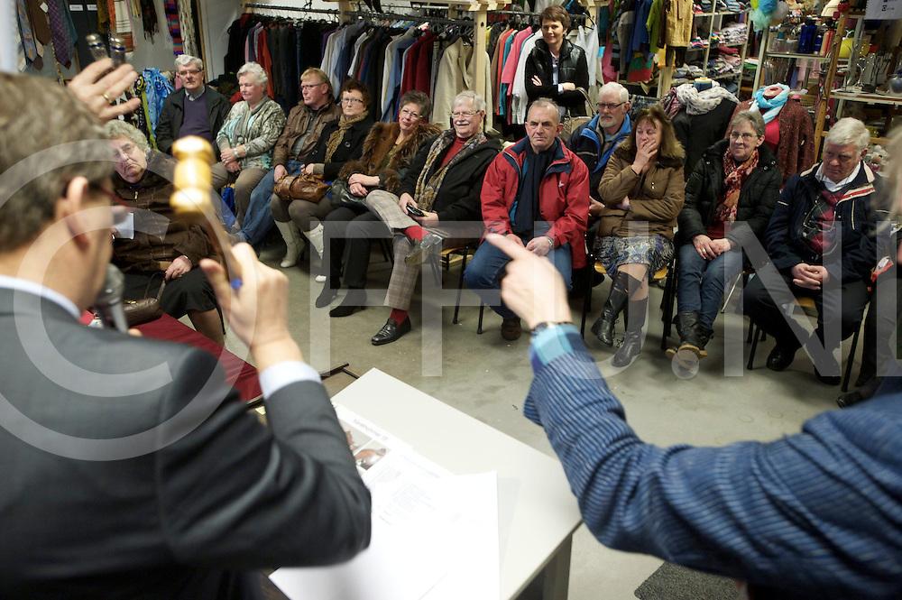 NIEUWLEUSEN - Veiling DeuroeVeuroe..Foto: Klaas Agricola veilde bijzonder spullen..FFU PRESS AGENCY COPYRIGHT FRANK UIJLENBROEK.