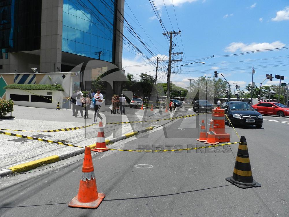 ATENÇÃO EDITOR: FOTO EMBARGADA PARA VEÍCULOS INTERNACIONAIS. – SÃO PAULO - SP – 06 DE NOVEMBRO 2012 –  TIROTEIO NO ITAIM-BIBI, um assaltante efetuou roubo na região da Rua Joaquim Floriano, Itaim-Bibi – zona sul, nesta manhã de terça-feira(6) e ao empreender fuga, deparou-se com motocicletas da ROCAM, que o perseguiram até a Av Santo Amaro com Av Juscelino Kubitschek aonde o meliante, tentou agarrar uma menina que passava para fazê-la de refém e apontou uma arma em direção ao policial que deu ordem de parada e prisão e acabou efetuando dois tiros que acertou o meliante o qual morreu a caminho do hospital. Ocorrência no DHPP. FOTO: MAURICIO CAMARGO / BRAZIL PHOTO PRESS.