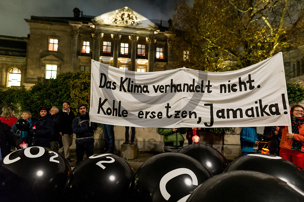Deutschland, Berlin - 16.11.2017<br /> <br /> Am letzten Tag der Sondierung der Jamaika-Verhandlungen forderten mehrere hundert Demonstranten einen Ausstieg aus der Kohle. Vor der parlamentarischen Gesellschaft formten sie eine symbolische &quot;Rote Linie&quot; um zu sagen &bdquo;bis hier hin und nicht weiter - die deutsche Kohlepolitik muss sich &auml;ndern&ldquo;.<br /> <br /> Germany, Berlin - 16.11.2017<br /> <br /> On the last day of exploring the Jamaica negotiations, several hundred demonstrators called for an exit from coal. Before the parliamentary society, they formed a symbolic &quot;red line&quot; to say &quot;this far and not further - the German coal policy must change&quot;.<br /> <br />  Foto: Markus Heine<br /> <br /> ------------------------------<br /> <br /> Ver&ouml;ffentlichung nur mit Fotografennennung, sowie gegen Honorar und Belegexemplar.<br /> <br /> Bankverbindung:<br /> IBAN: DE65660908000004437497<br /> BIC CODE: GENODE61BBB<br /> Badische Beamten Bank Karlsruhe<br /> <br /> USt-IdNr: DE291853306<br /> <br /> Please note:<br /> All rights reserved! Don't publish without copyright!<br /> <br /> Stand: 11.2017<br /> <br /> ------------------------------