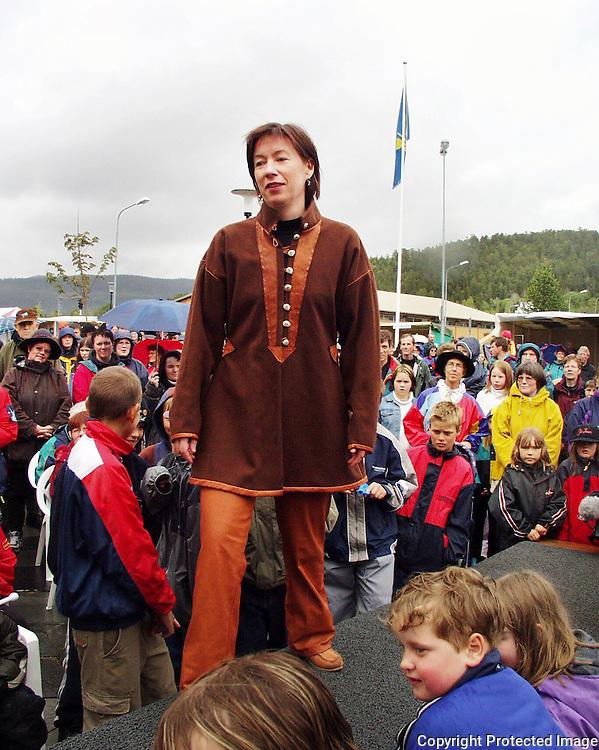 Visning Wilks, Snåsa-Dagan. Susanne Gælok i jakke av ull med reinskinnbesetning. Design Laila Wilks..dig