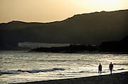 Spanje, Tarifa, 7-6-2006..Twee mensen, paar, wandelt op het strand langs de zee, bij ondergaande zon, zonsondergang. Associatie geluk..Foto: Flip Franssen/Hollandse Hoogte