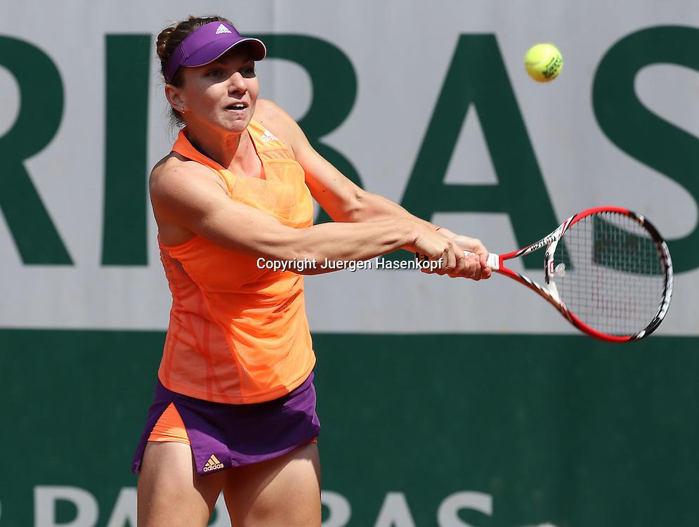 French Open 2014, Roland Garros,Paris,ITF Grand Slam Tennis Tournament,<br /> Simona Halep (ROU),Aktion,Einzelbild,<br /> Halbkoerper,Querformat,