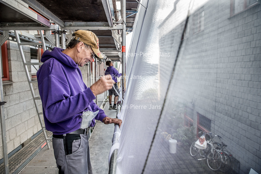 Nederland, Amsterdam, 5 september 2016.<br /> Steiger opbouw en schilderwerk aan de kozijnen van woningen aan de KNSM Laan 780-810.<br /> <br /> <br /> Foto: Jean-Pierre Jans